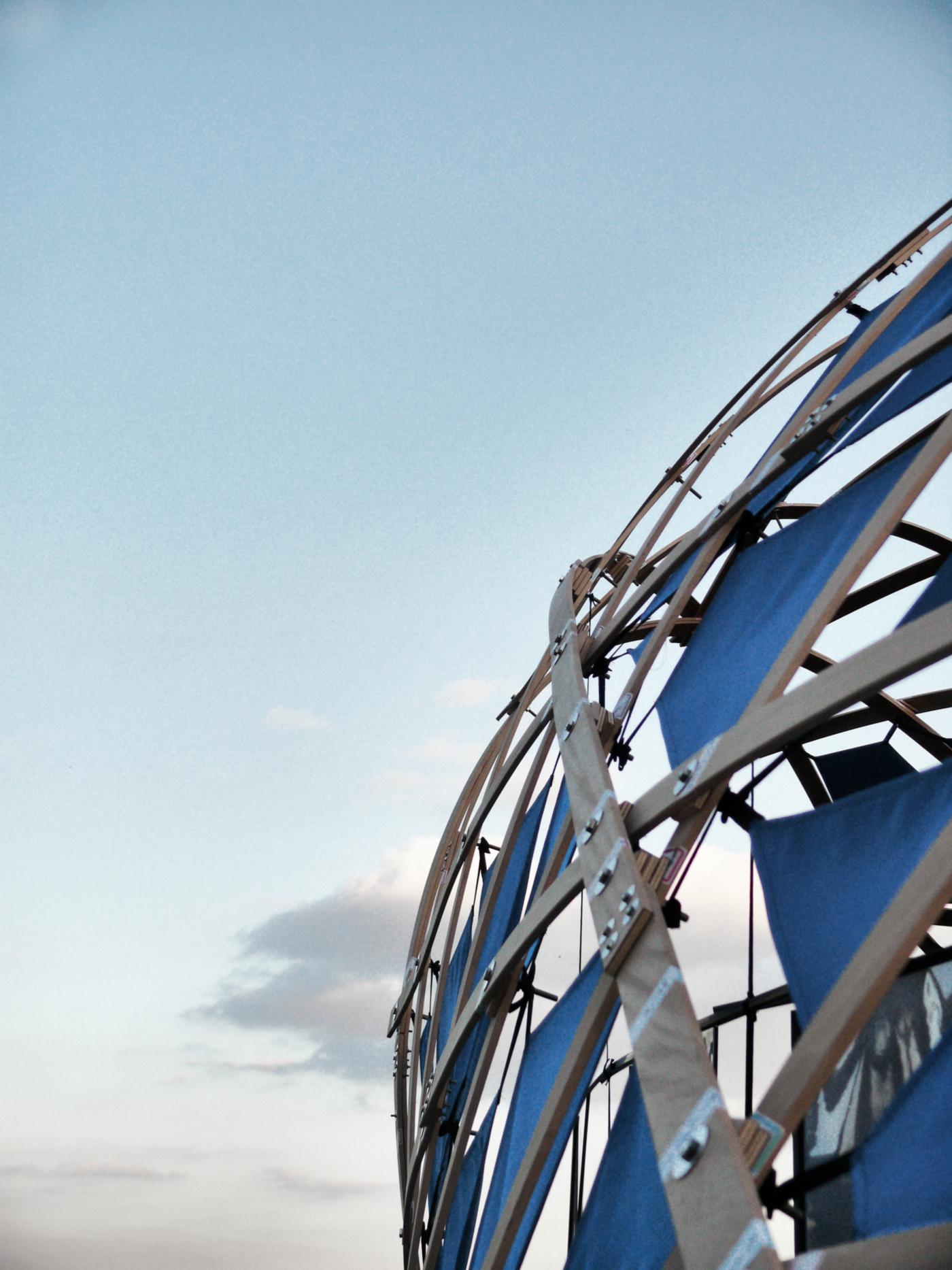 Un padiglione temporaneo sperimentale, con una struttura a gridhsell ibrido che realizza una forma sinuosa, suadente. La struttura e il cielo | Bottega di Architettura