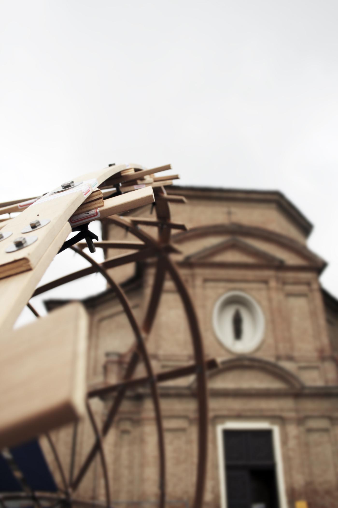 Un padiglione temporaneo sperimentale, con una struttura a gridhsell ibrido che realizza una forma sinuosa, suadente. Il padiglione e la chiesa di Santa Maria della Spina | Bottega di Architettura