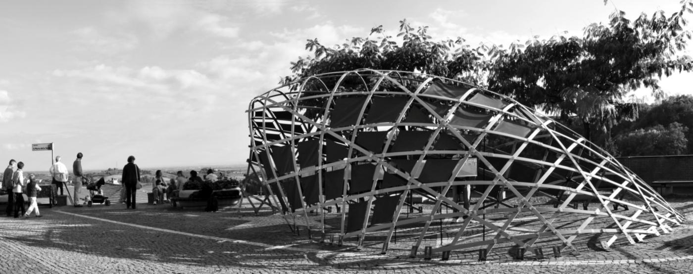 Un padiglione temporaneo sperimentale, con una struttura a gridhsell ibrido che realizza una forma sinuosa, suadente. Inaugurazione e vita del padiglione | Bottega di Architettura