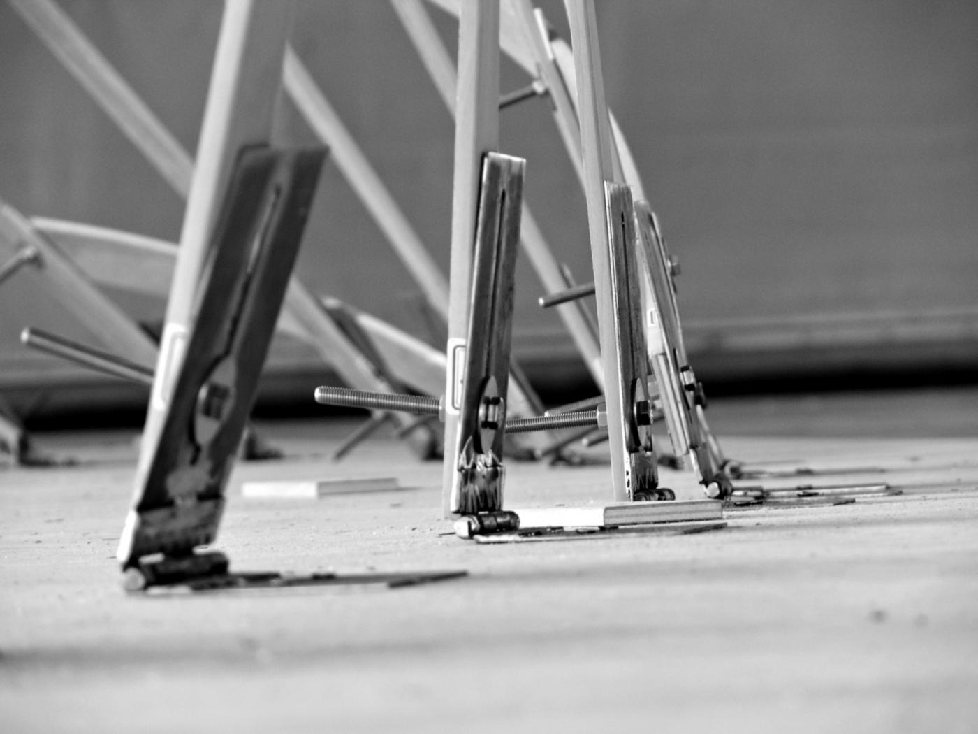 Un padiglione temporaneo sperimentale, con una struttura a gridhsell ibrido che realizza una forma sinuosa, suadente. Dettaglio degli attacchi a terra | Bottega di Architettura