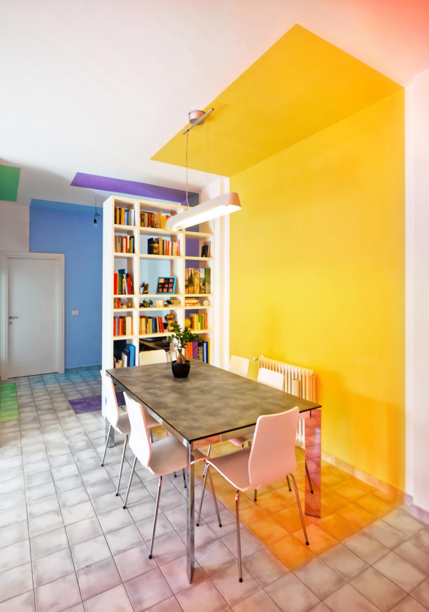 Una ristrutturazione che trasforma il colore in spazio. La sequenza di nicchie colorate segna l'articolazione tra le zone del living | Bottega di Architettura