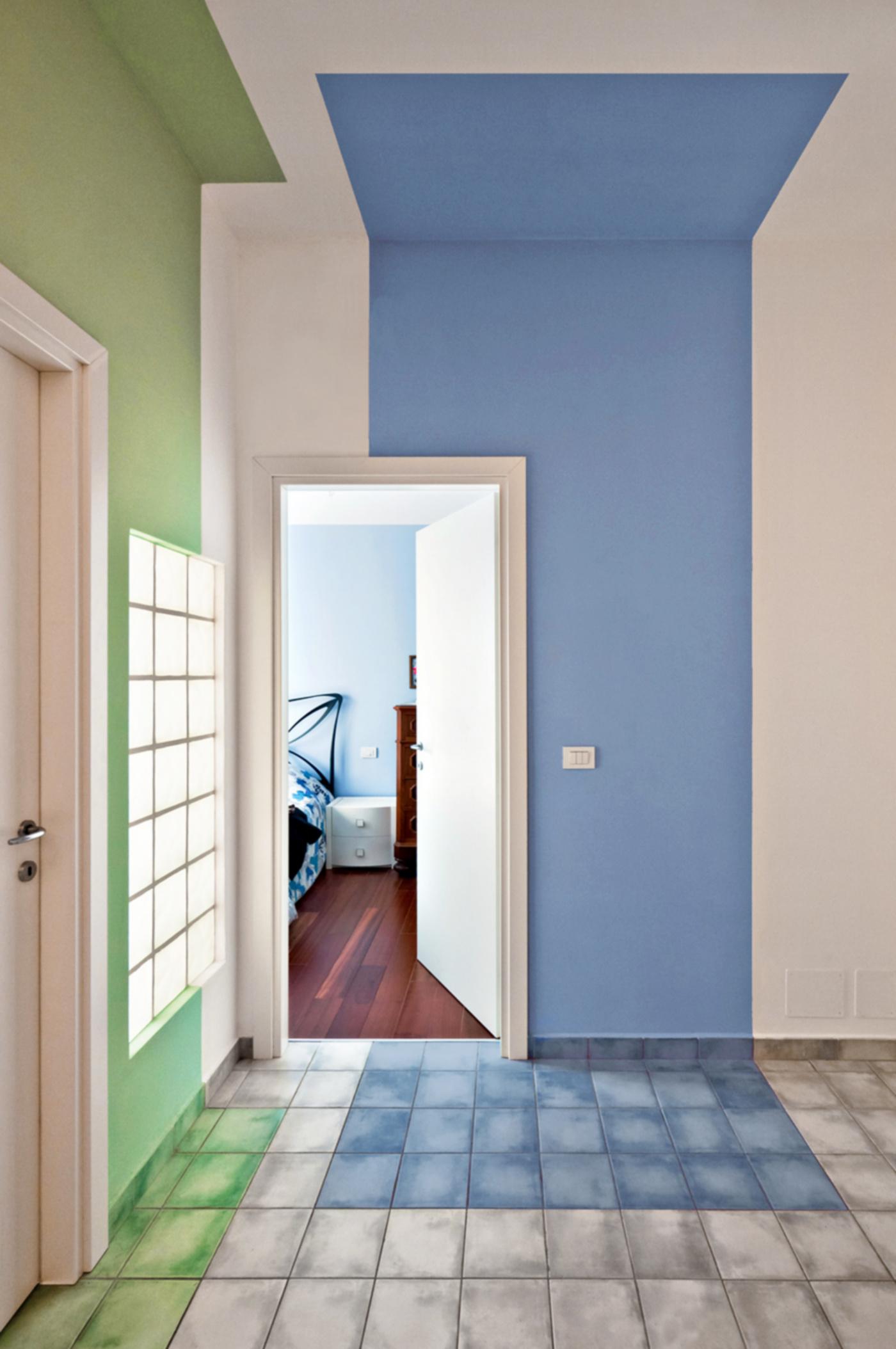 Una ristrutturazione che trasforma il colore in spazio. Il disimpegno e le nicchie colorate | Bottega di Architettura