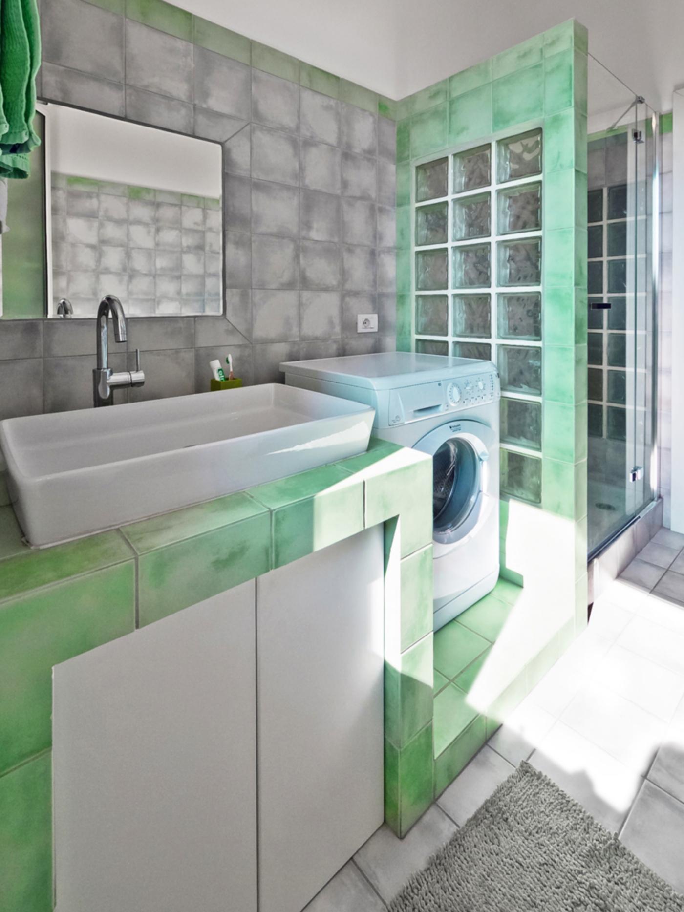 Una ristrutturazione che trasforma il colore in spazio. Il bagno, con piastrelle modulari di colore verde | Bottega di Architettura