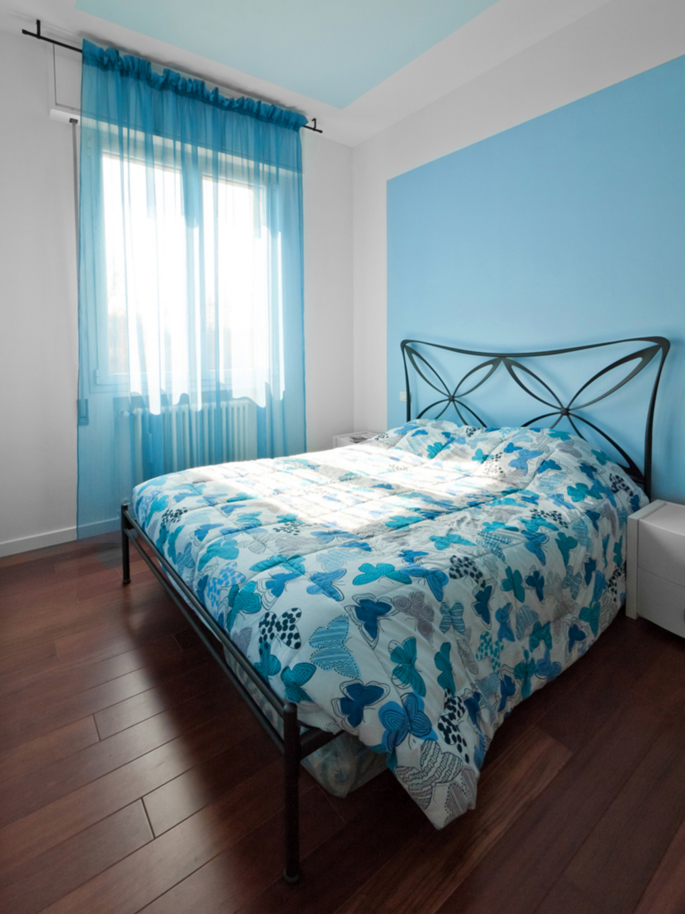 Una ristrutturazione che trasforma il colore in spazio. La camera da letto porta il cielo in una stanza | Bottega di Architettura