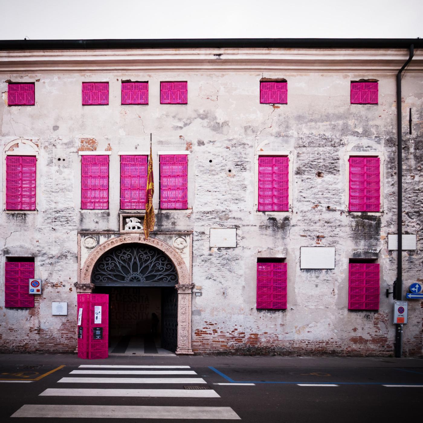 Un allestimento per una rassegna tra shock-strategy e seduzione. Fucsia on Palazzo Pretorio | Bottega di Architettura