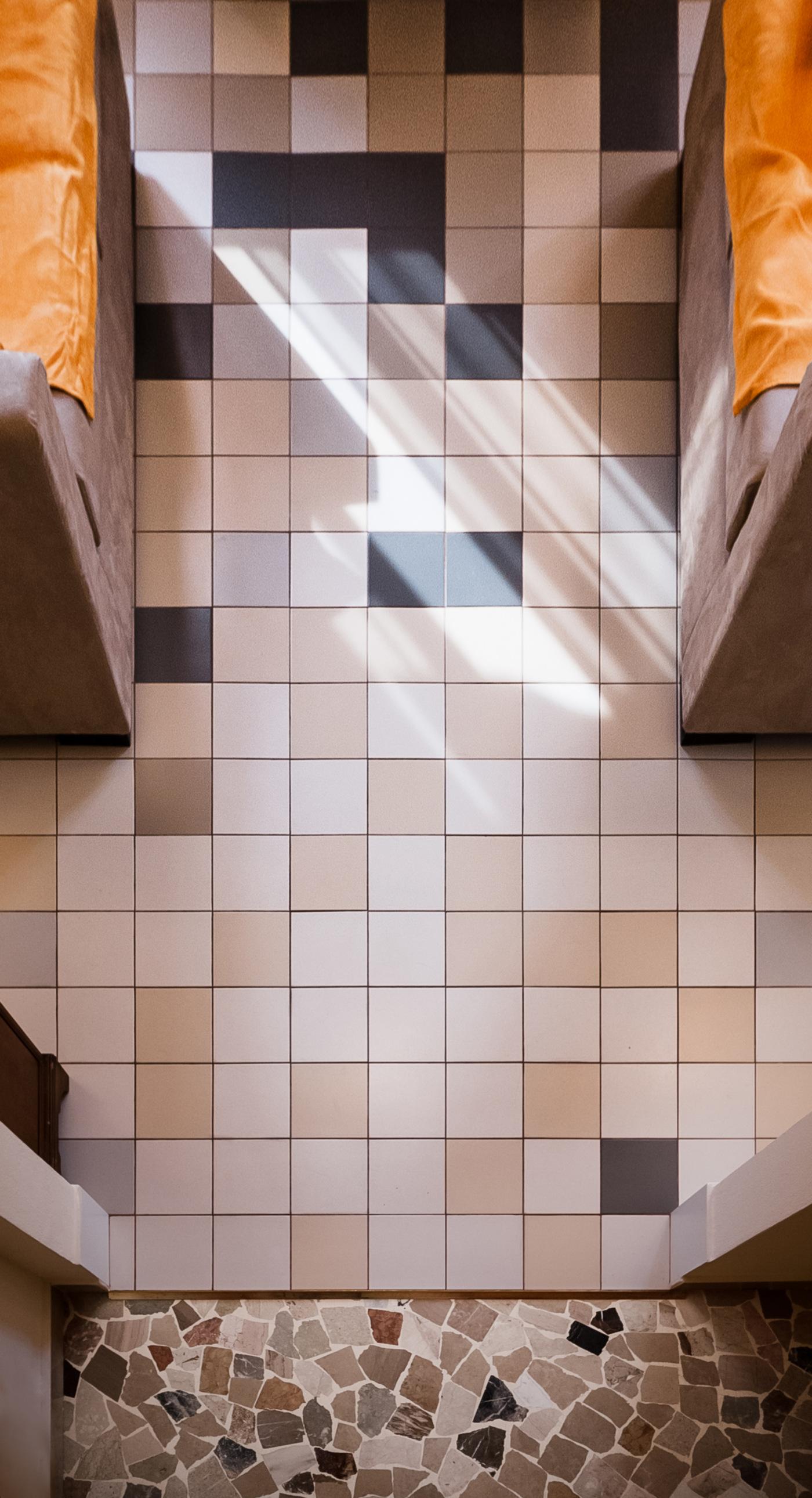 Una ristrutturazione a basso budget che rivoluziona spazi e percezione. La transizione tra palladiana e nuovo pavimento | Bottega di Architettura