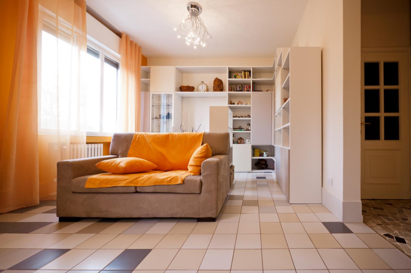 Una ristrutturazione a basso budget che rivoluziona spazi e percezione. Zona giorno come sequenza di spazi | Bottega di Architettura