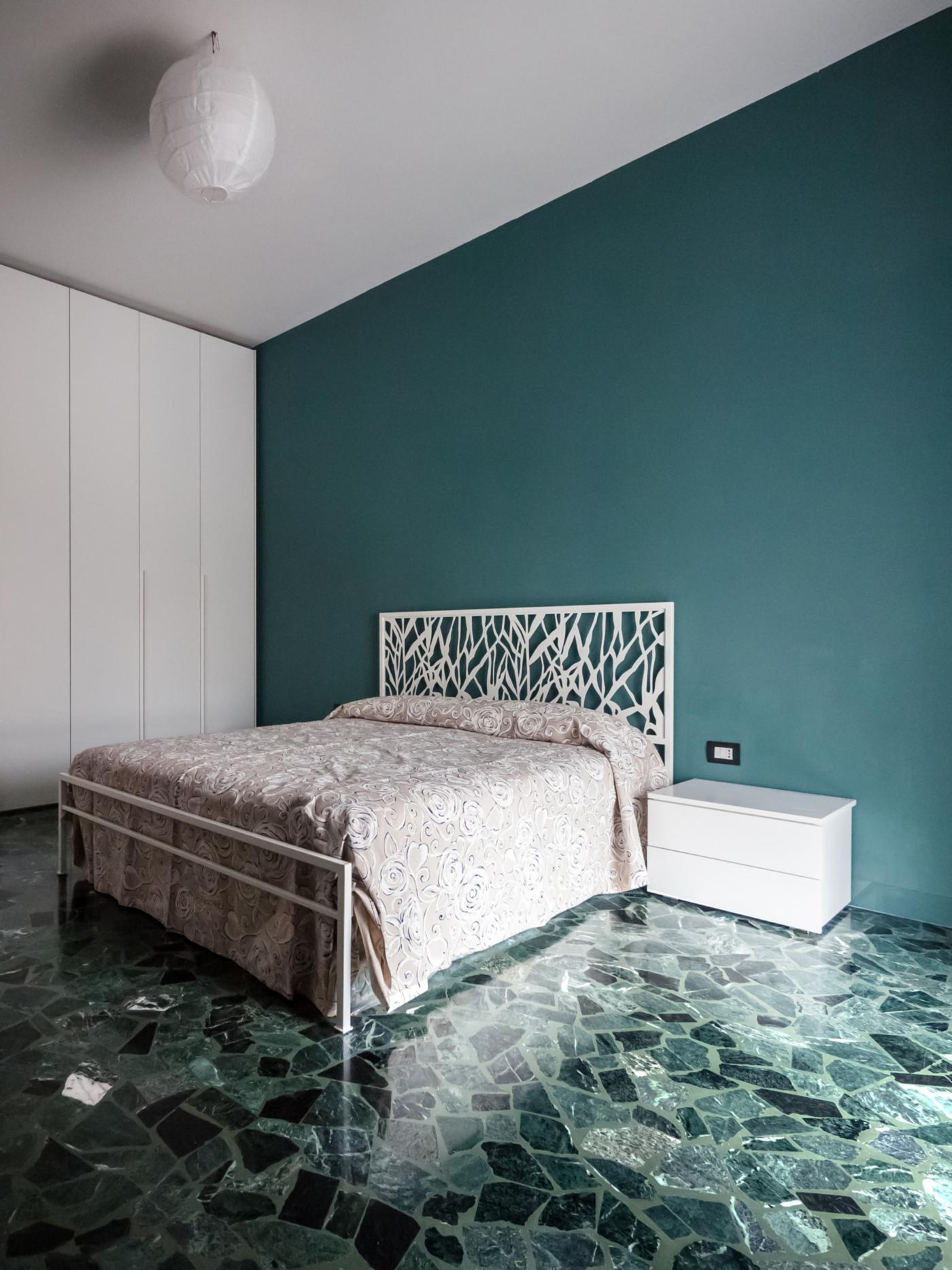 Una ristrutturazione a basso budget che rivoluziona spazi e percezione. Blu di Prussia, bianco e un marmo Verde Alpi per la camera da letto | Bottega di Architettura