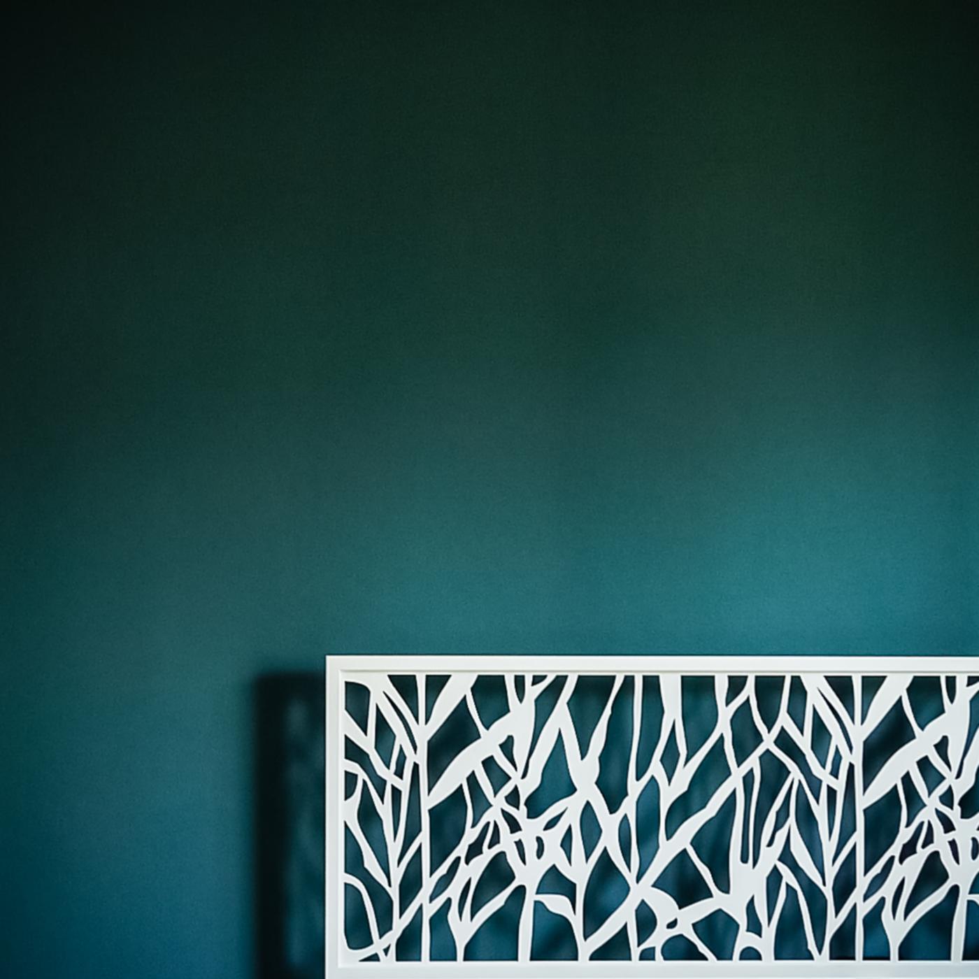 Una ristrutturazione a basso budget che rivoluziona spazi e percezione. Blu di Prussia per la camera da letto | Bottega di Architettura
