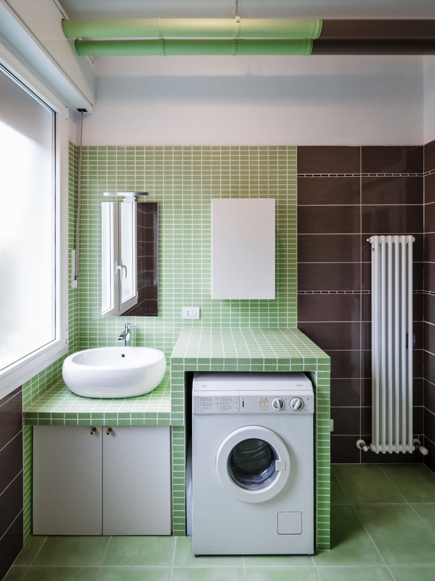 Una ristrutturazione a basso budget che rivoluziona spazi e percezione. Formati e colori diversi per creare zone nel bagno | Bottega di Architettura