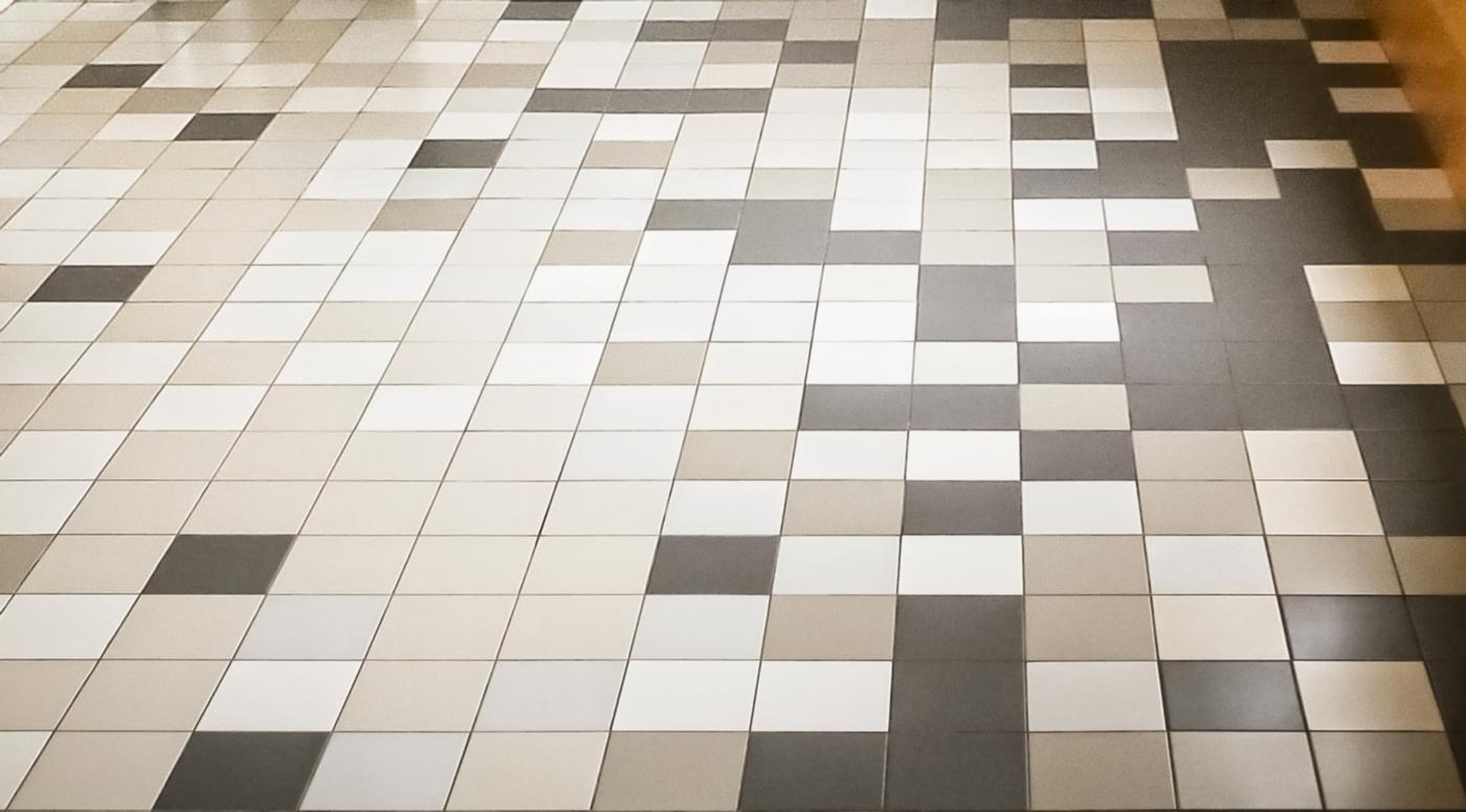 Una ristrutturazione a basso budget che rivoluziona spazi e percezione. Giochi di pavimentazione con le piastrelle | Bottega di Architettura