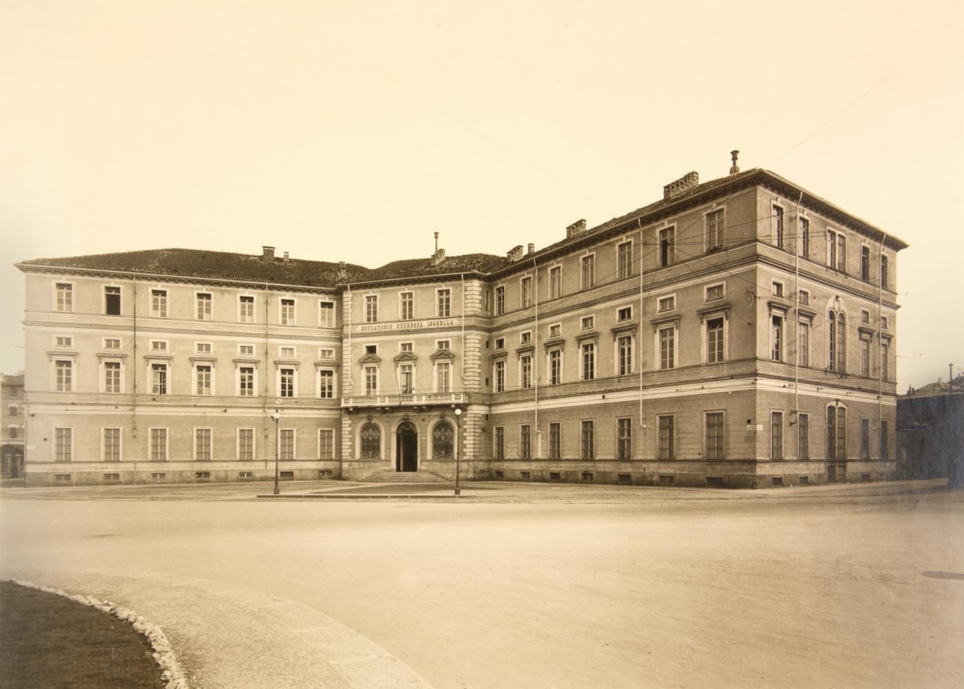 Restauro e trasformazione in uffici di un palazzo ottocentesco. L'Educatorio Duchessa Isabella in una foto storica | Bottega di Architettura