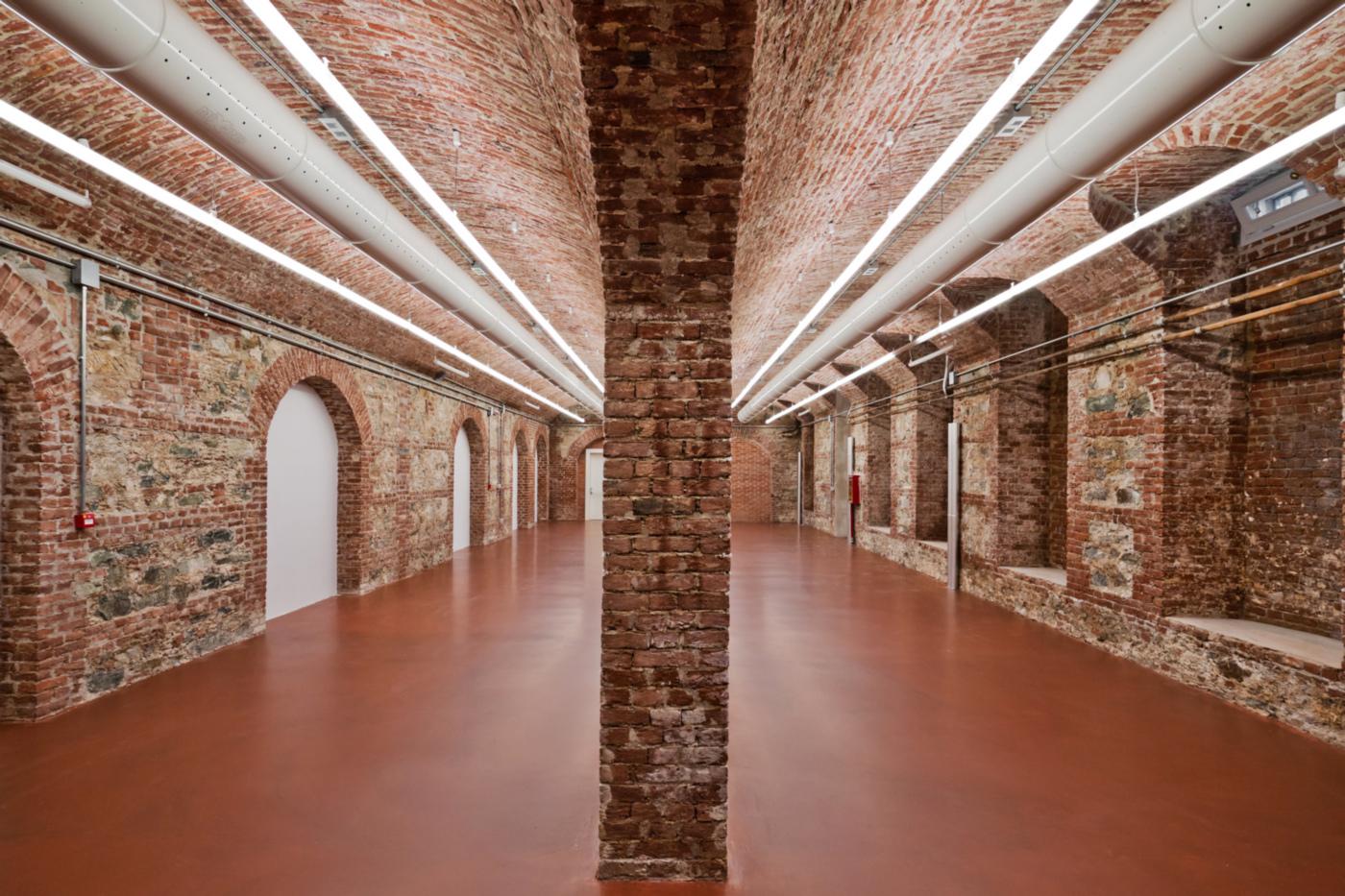 Restauro e trasformazione in uffici di un palazzo ottocentesco. L'interrato, da destinare ad archivi, in cui la resina riprende le antiche piastrelline di cotto | Bottega di Architettura