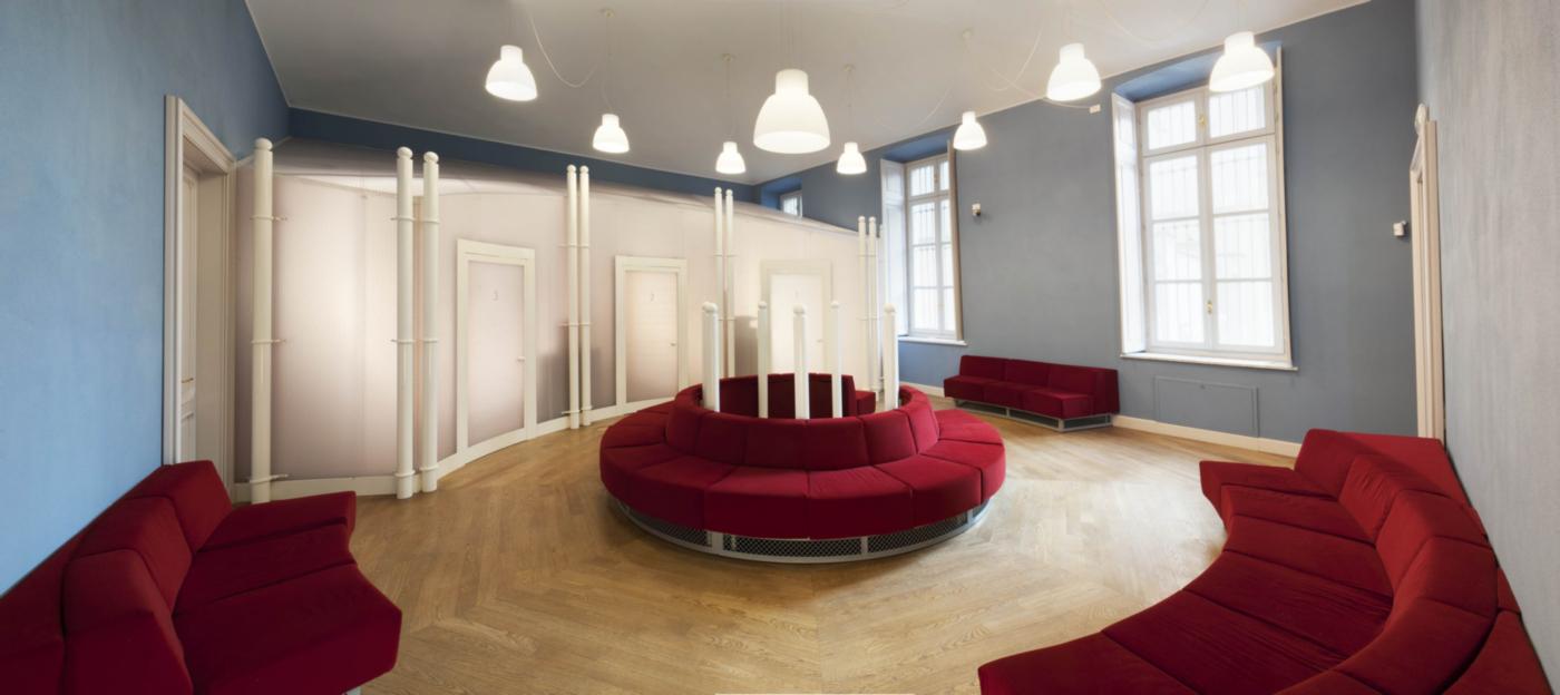 Restauro e trasformazione in uffici di un palazzo ottocentesco. Spazi per l'accoglienza al piano terra, con i grandi arredi su disegno | Bottega di Architettura
