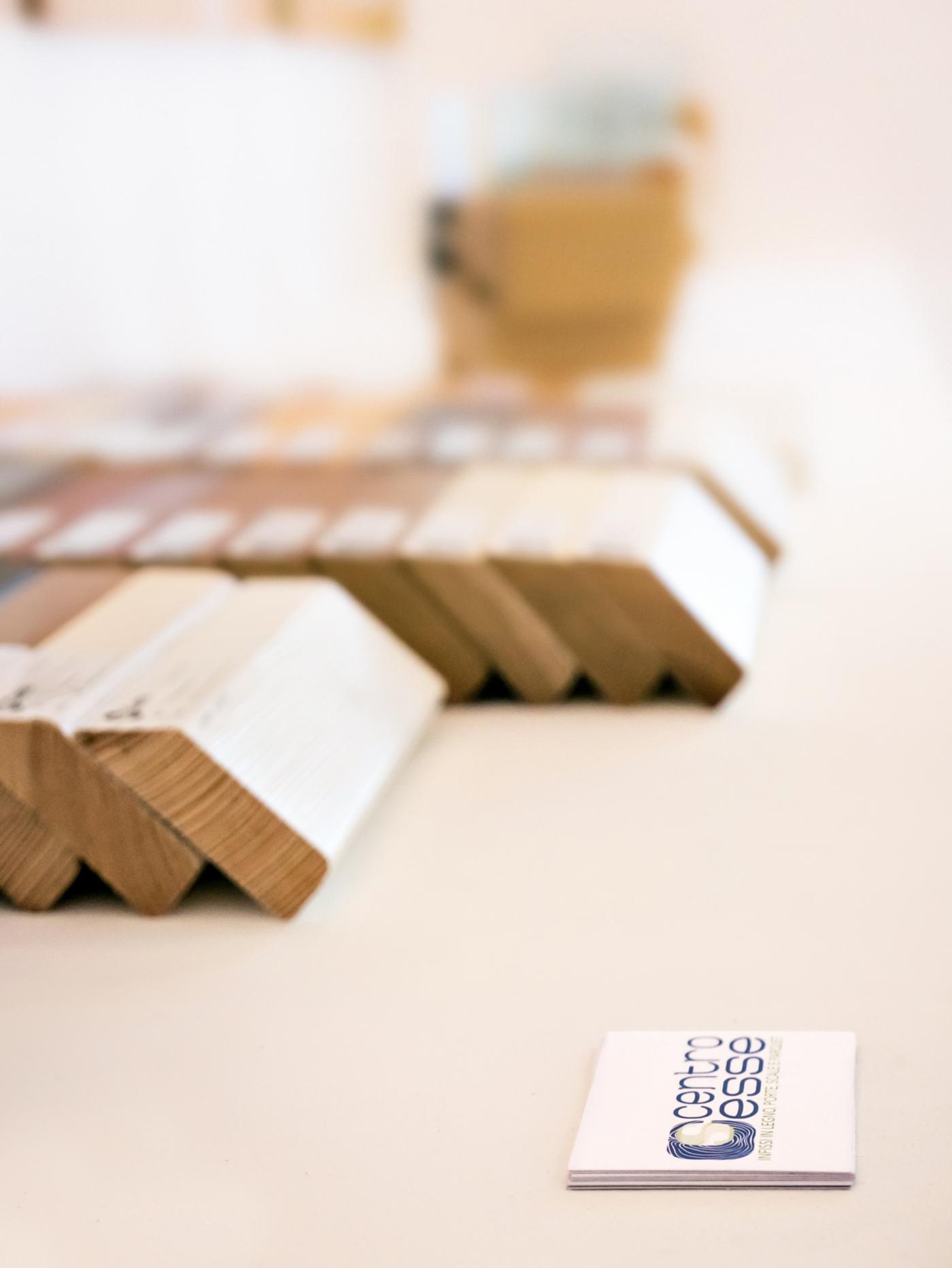 L'allestimento di un negozio di serramenti di alta gamma a Ivrea. La mensola per i campioni | Bottega di Architettura