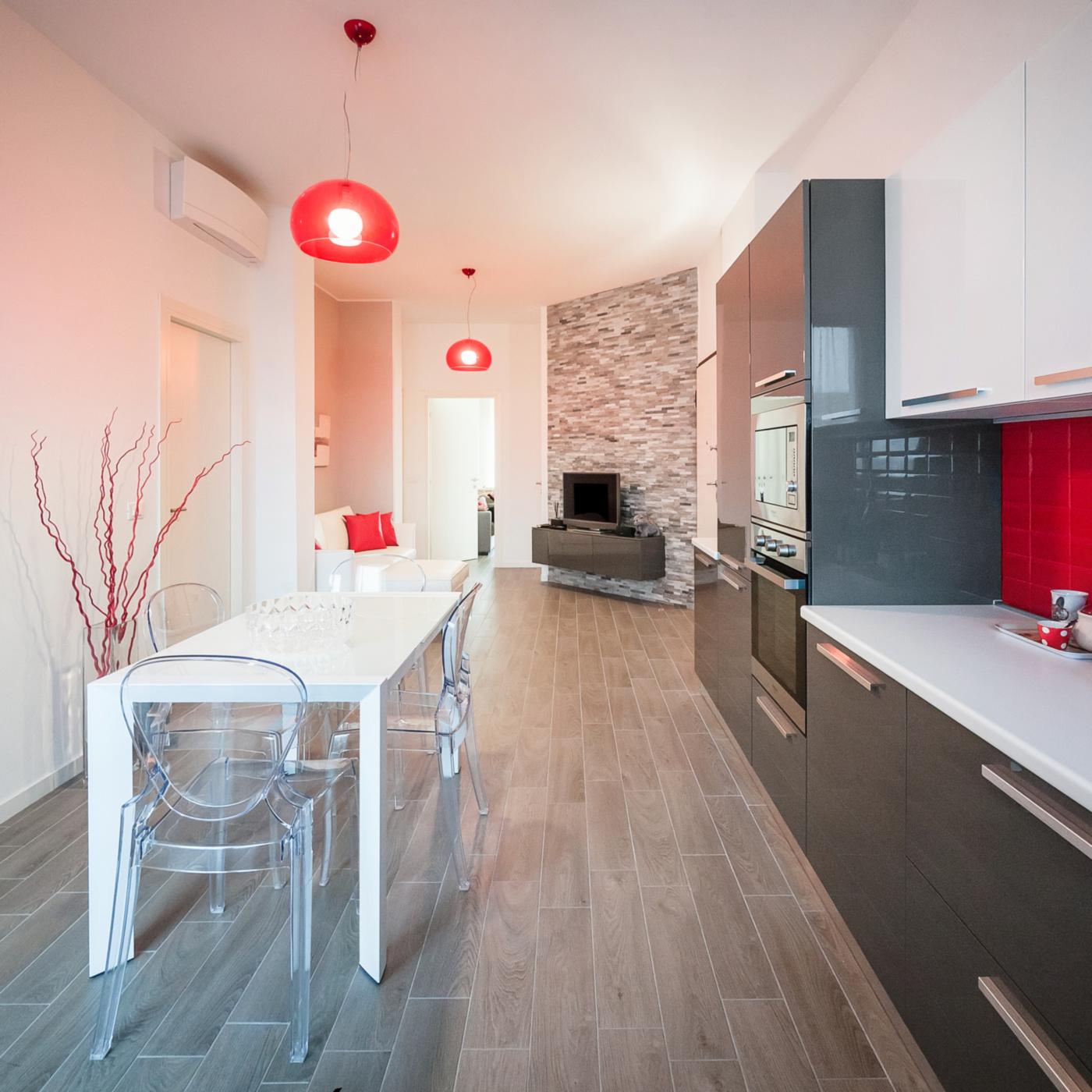 Una ristrutturazione che moltiplica gli spazi in un'appartamento degli anni '70. La zona giorno è una sequenza di spazi, orientati da una quinta inclinata | Bottega di Architettura