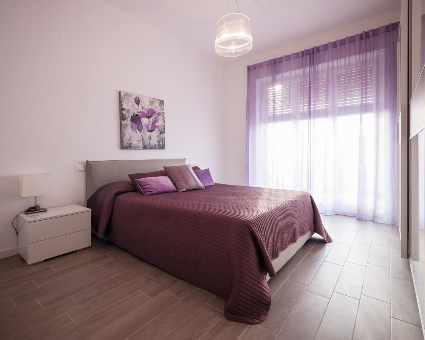 Una ristrutturazione che moltiplica gli spazi in un'appartamento degli anni '70. La camera matrimoniale, in toni caldi e coordinati | Bottega di Architettura
