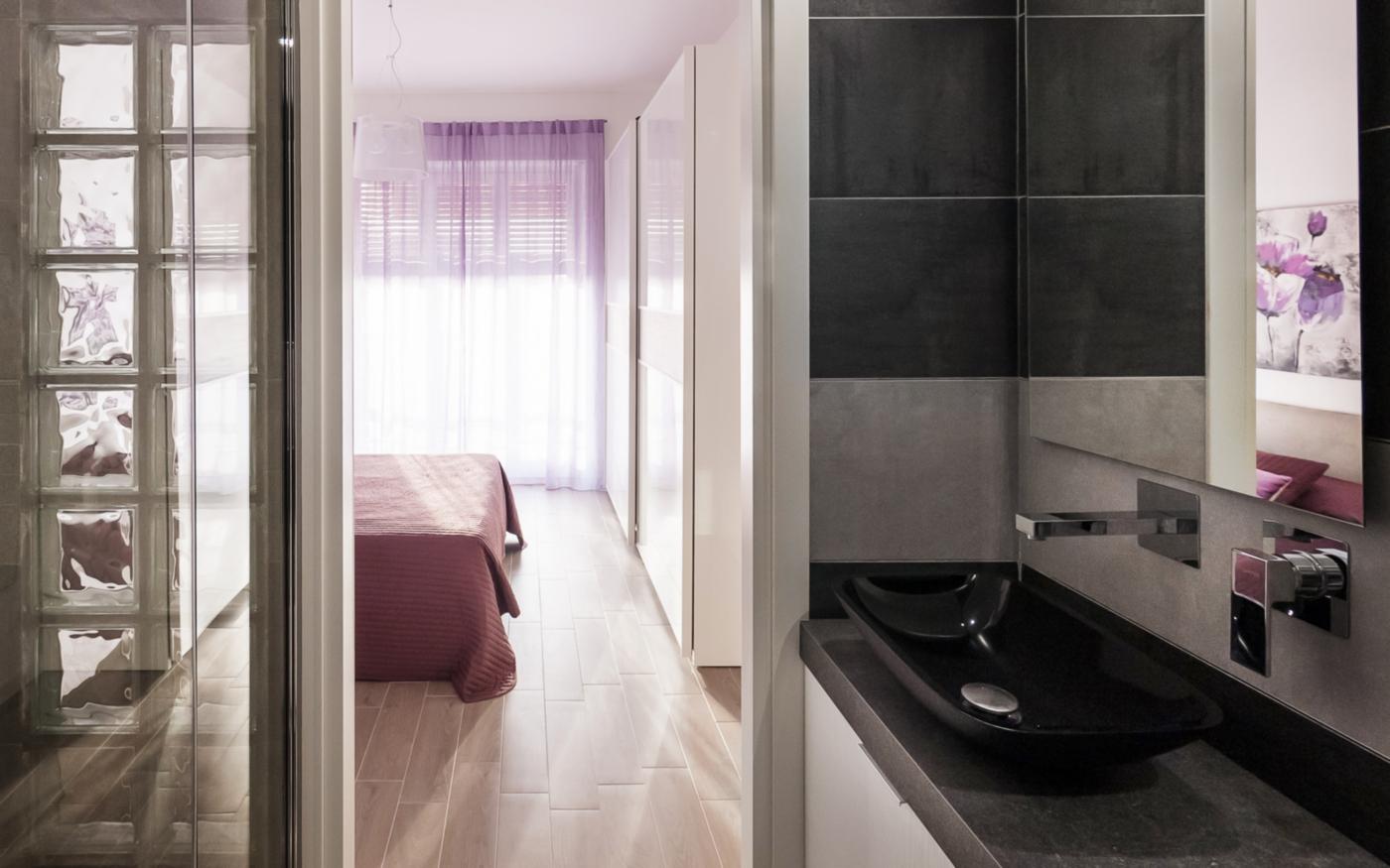 Una ristrutturazione che moltiplica gli spazi in un'appartamento degli anni '70. Dal bagno privato alla camera, in un gioco di seduzione | Bottega di Architettura