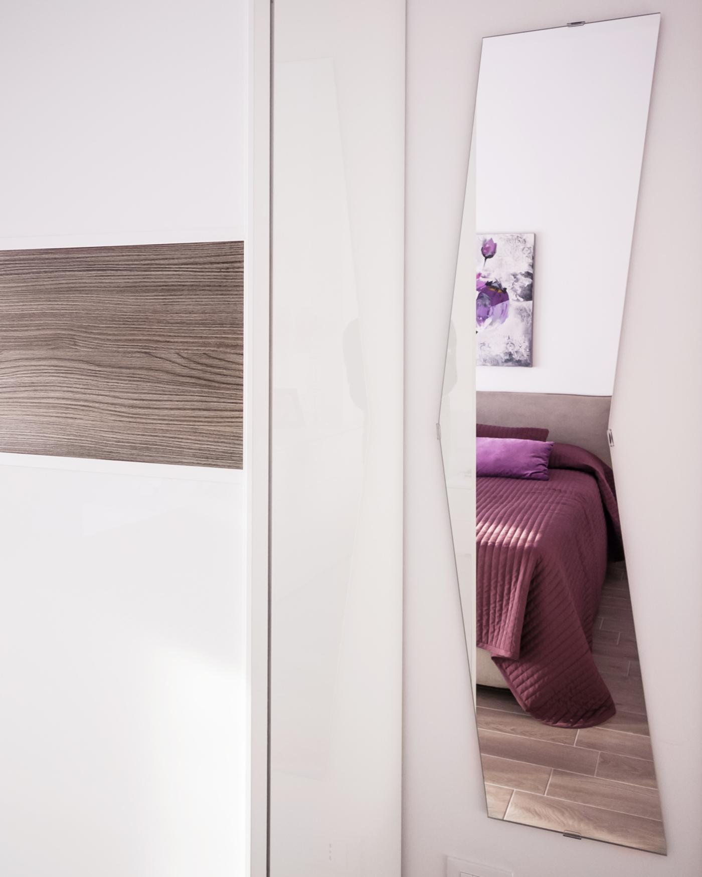 Una ristrutturazione che moltiplica gli spazi in un'appartamento degli anni '70, Giocare con gli specchi per creare nuovi scorci | Bottega di Architettura