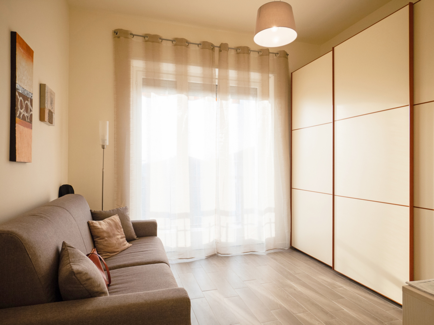Una ristrutturazione che moltiplica gli spazi in un'appartamento degli anni '70. La semplice cameretta, dai colori tenui e luminosi | Bottega di Architettura