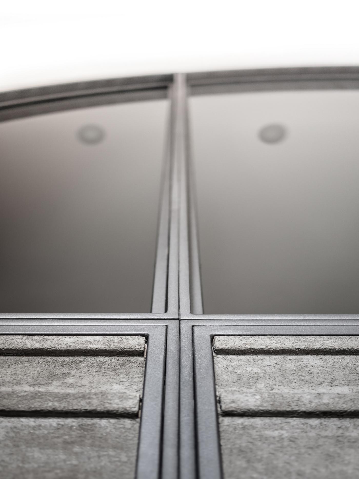 Trasformare una vetrata interna in un piccolo gioiello di interior design. Modanature metalliche e di calcestruzzo | Bottega di Architettura