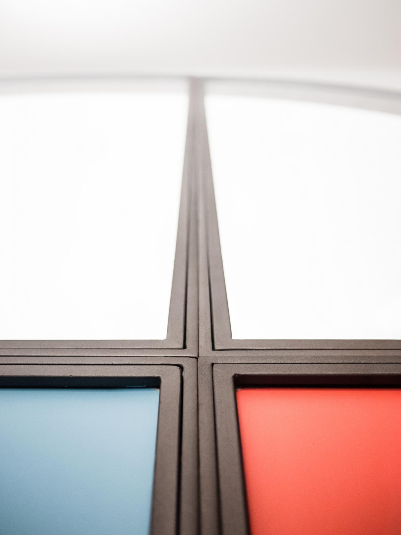 Trasformare una vetrata interna in un piccolo gioiello di interior design. Modanature metalliche e colori primari | Bottega di Architettura