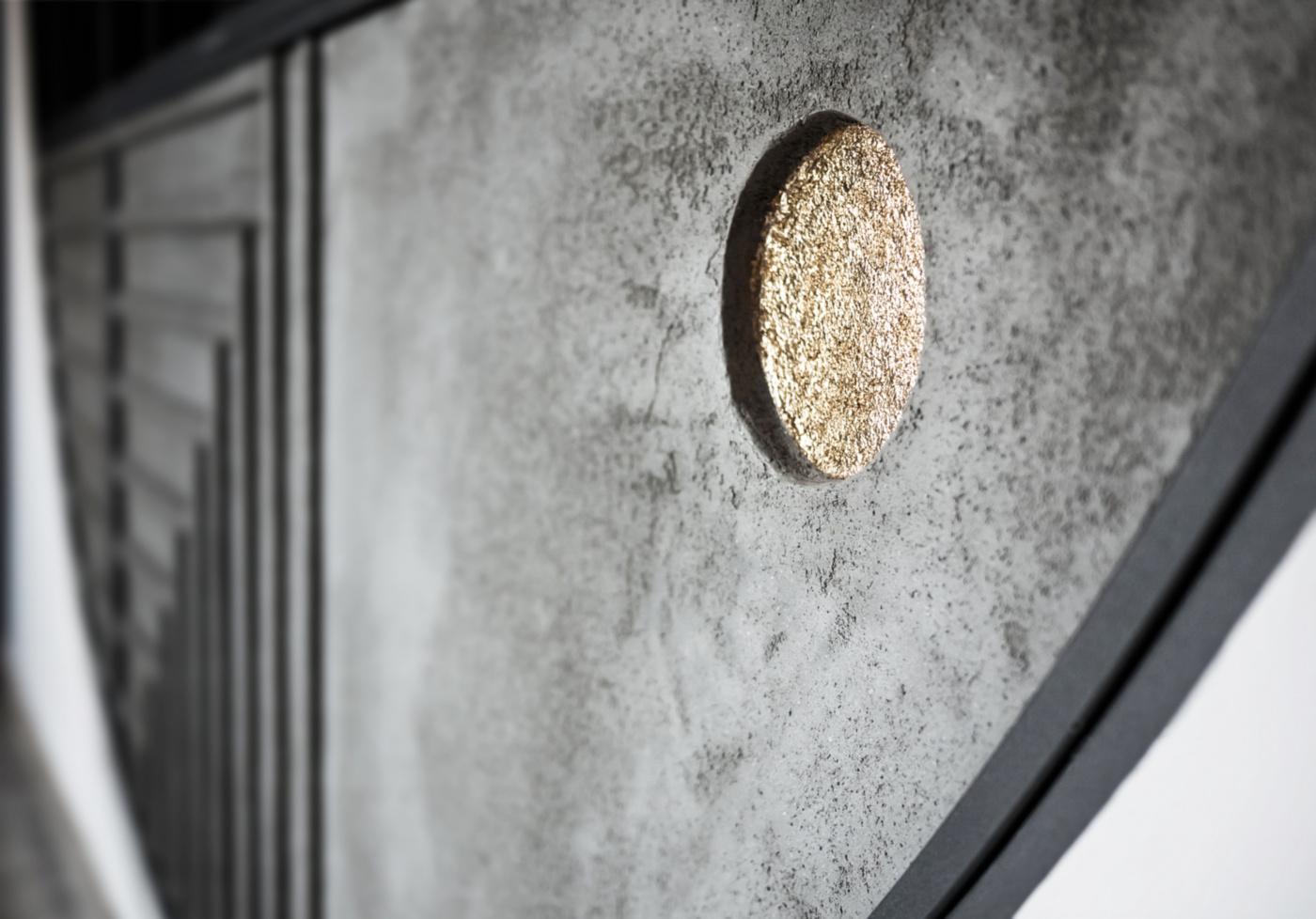 Trasformare una vetrata interna in un piccolo gioiello di interior design. L'oculo in foglia d'oro, incastonato nel calcestruzzo | Bottega di Architettura