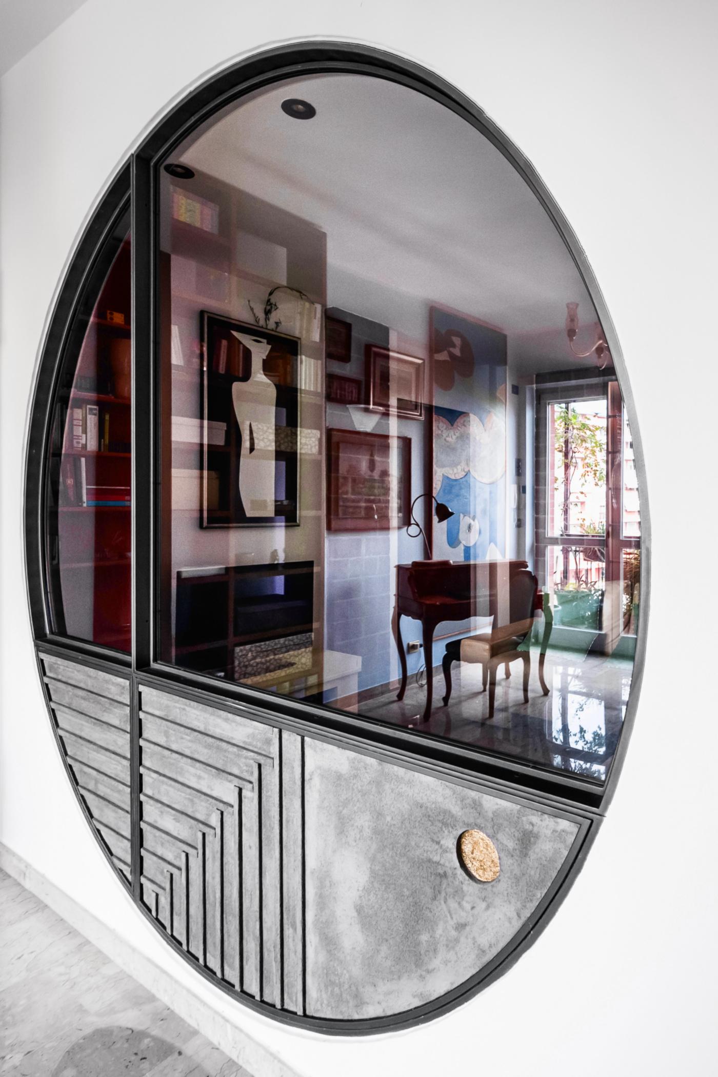 Trasformare una vetrata interna in un piccolo gioiello di interior design. Le riflessioni e rifrazioni animano la vetrata da ogni angolo | Bottega di Architettura