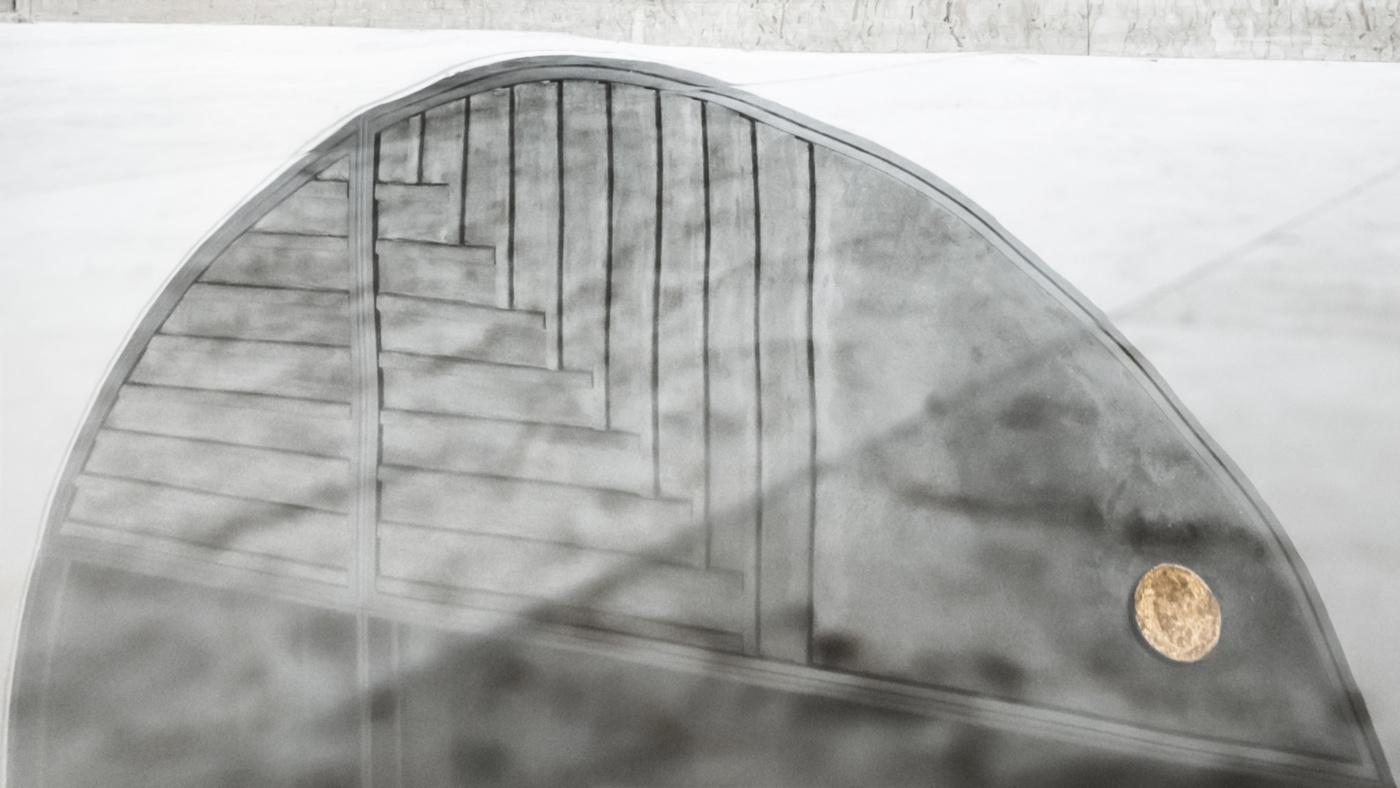 Trasformare una vetrata interna in un piccolo gioiello di interior design. Riflessi nel marmo | Bottega di Architettura