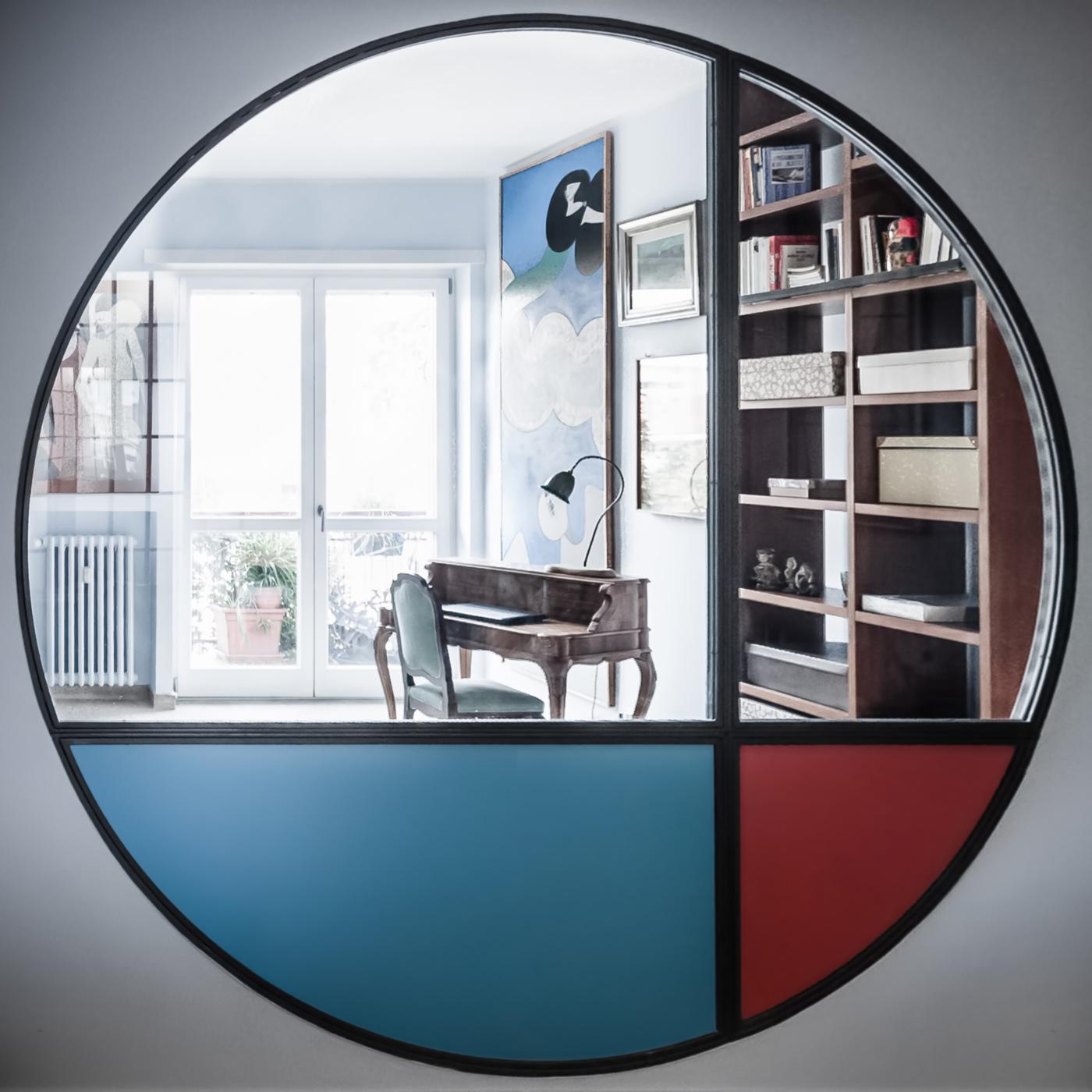 Trasformare una vetrata interna in un piccolo gioiello di interior design. Il lato salotto è realizzato con colori primari | Bottega di Architettura