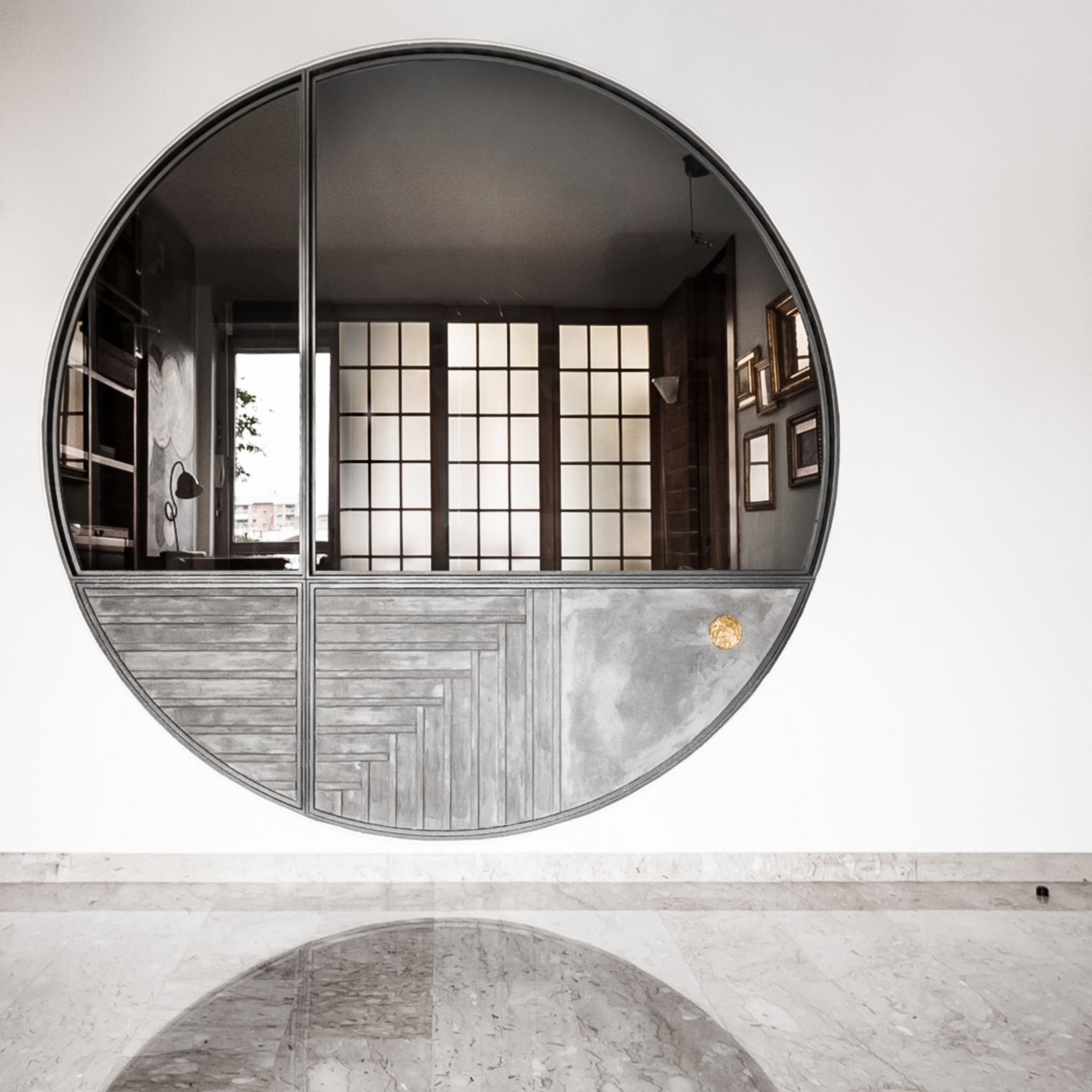 Trasformare una vetrata interna in un piccolo gioiello di interior design. Riflessi nel marmo, trasparenze e reminiscenze di shoji | Bottega di Architettura