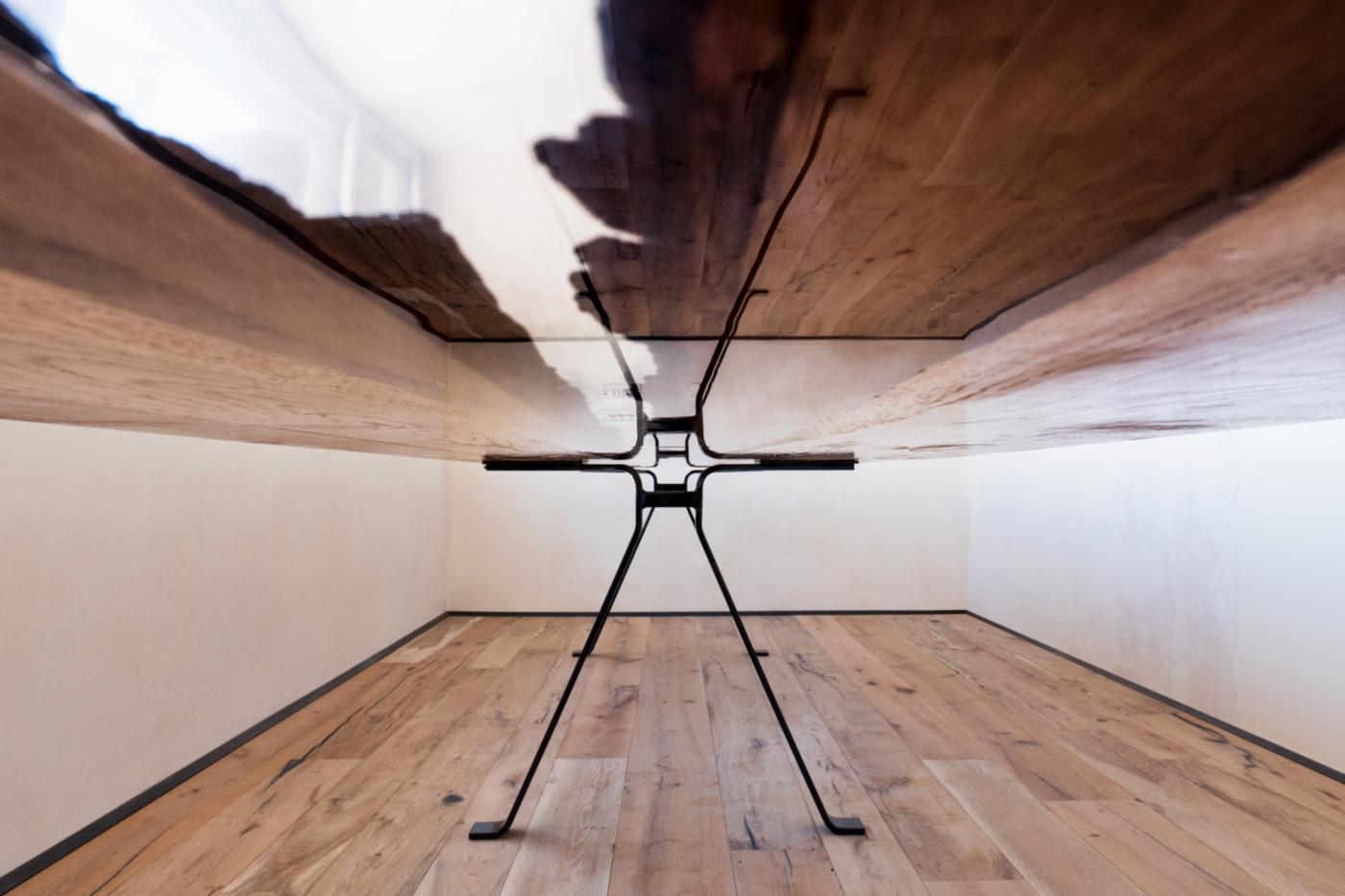 Un tavolo di design in rovere massiccio e resina, poetico e evocativo come un viaggio. La resina crea un gioco di riflessi e rifrazioni continue | Bottega di Architettura