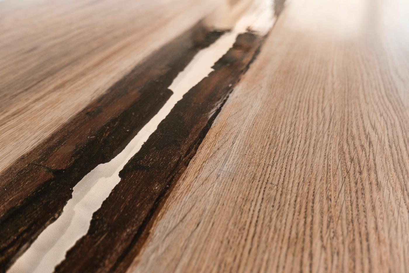 Un tavolo di design in rovere massiccio e resina, poetico e evocativo come un viaggio. Dettaglio della fascia centrale del tavolo | Bottega di Architettura