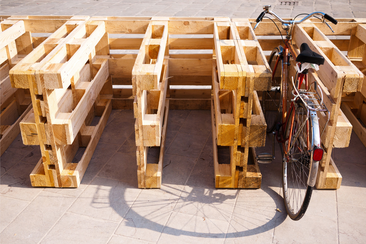 Installazioni urbane per una rassegna sulla sostenibilità. La diga porta-bici | Bottega di Architettura