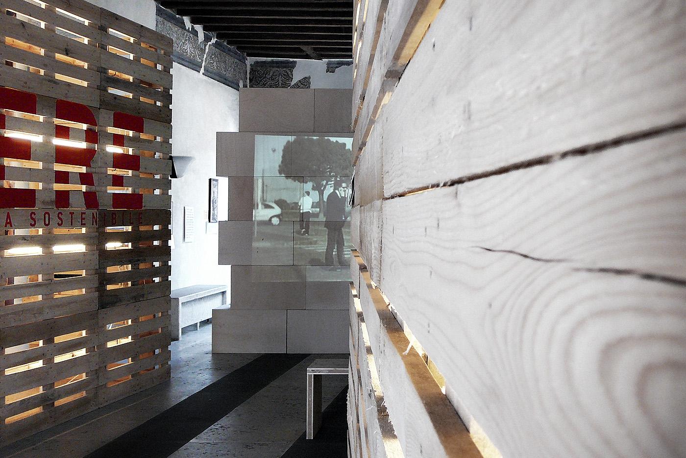 Installazioni urbane per una rassegna sulla sostenibilità. Le quinte all'ingresso della mostra | Bottega di Architettura
