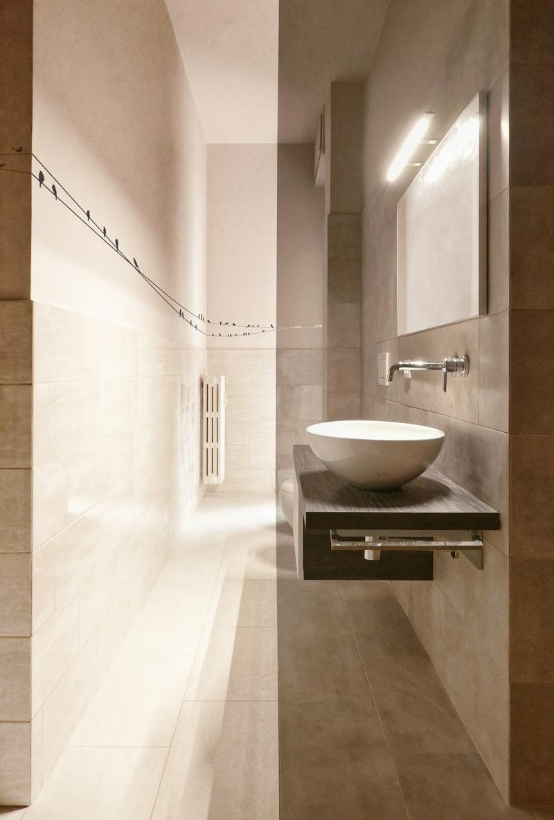 Anche una ristrutturazione legger può cambiare radicalmente una casa. Un bagno stretto e lungo, rinnovato | Bottega di Architettura | (c) Carlo Deregibus