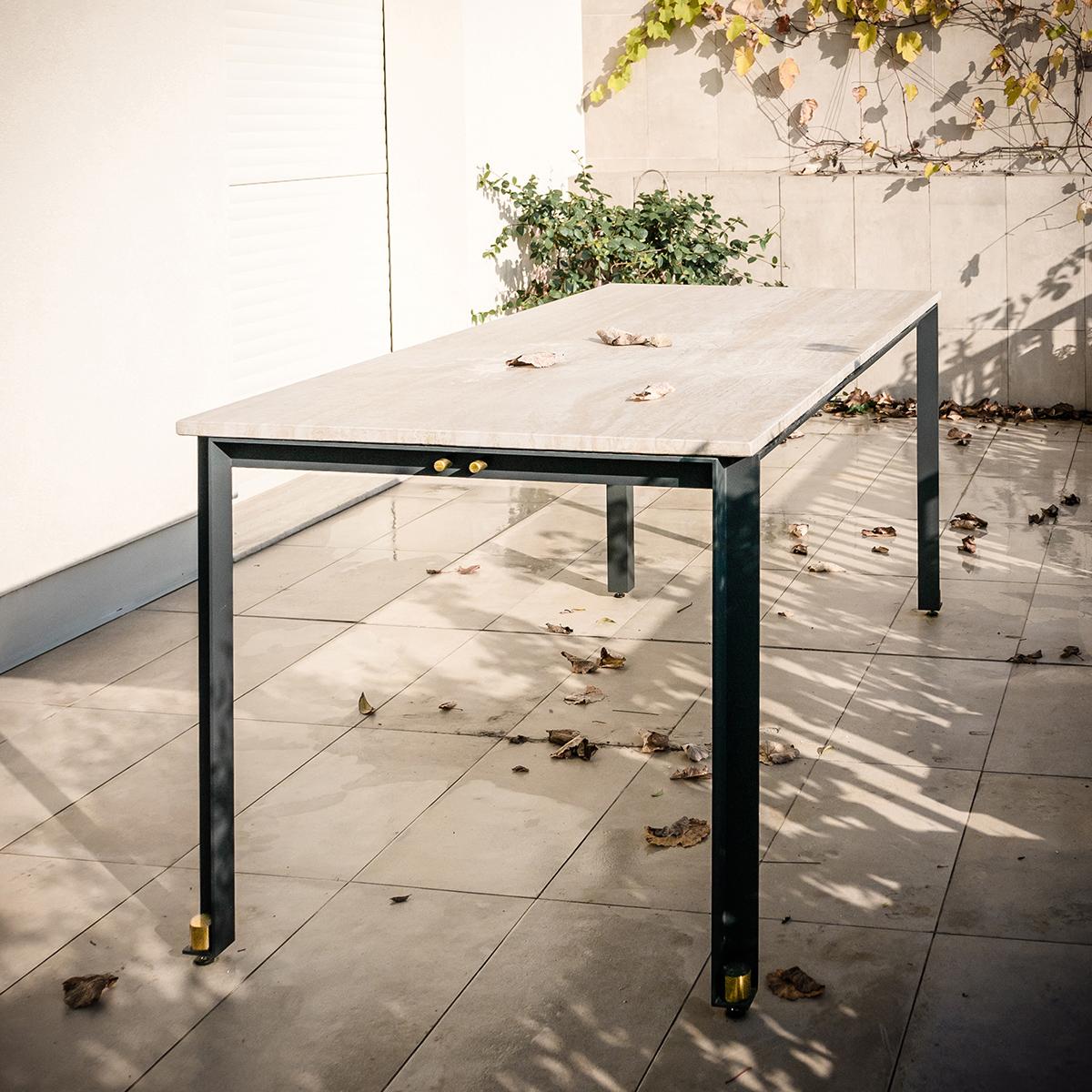 DUCA è un tavolo composto da tre elementi: un piano di marmo, una linea ininterrotta di metallo, e una serie coordinata di dettagli a impreziosirlo. Un piccolo capolavoro disponibile su misura e in diverse varianti, coordinate, per interni e esterni | una presenza statuaria | Bottega di Architettura | (c) Carlo Deregibus