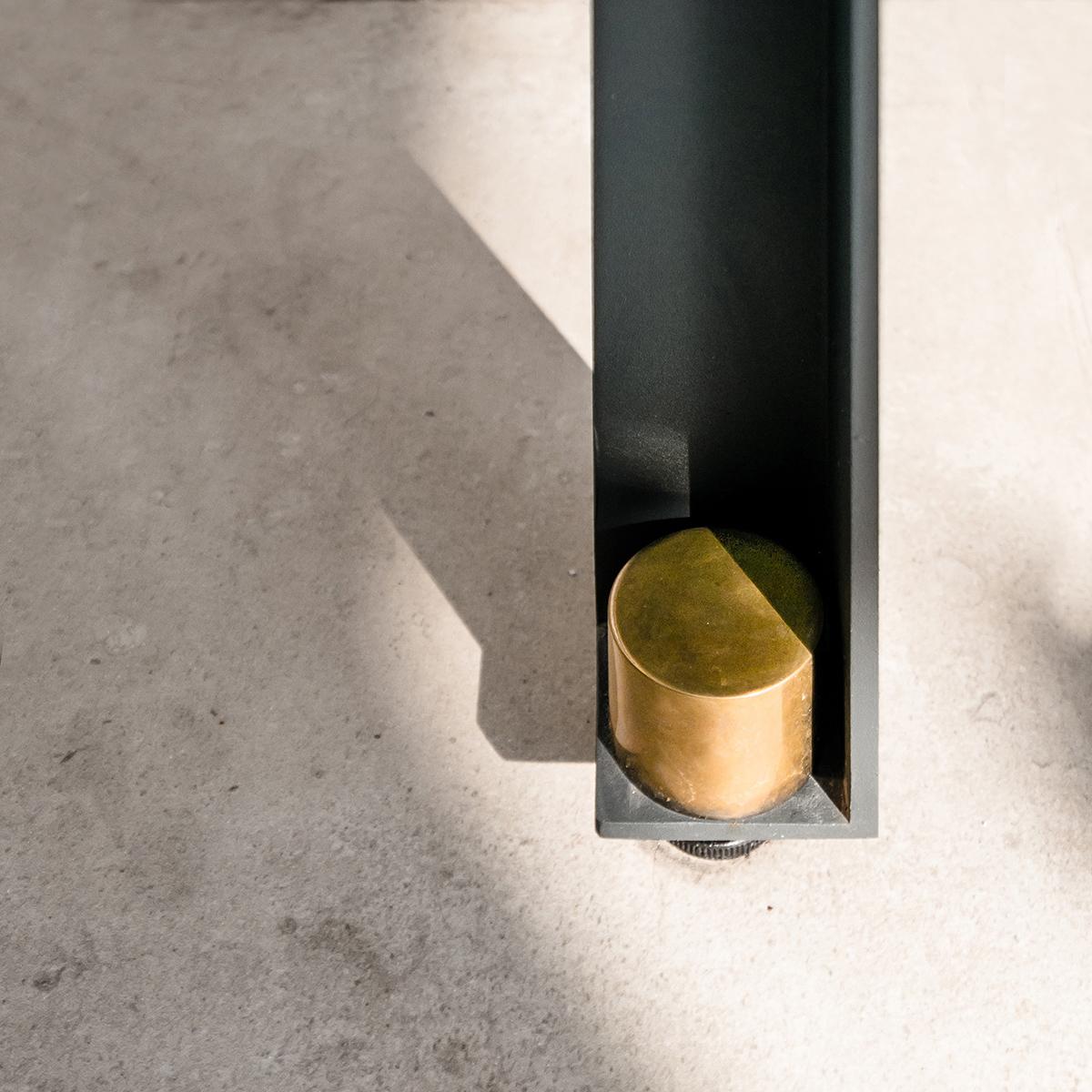 DUCA è un tavolo composto da tre elementi: un piano di marmo, una linea ininterrotta di metallo, e una serie coordinata di dettagli a impreziosirlo. Un piccolo capolavoro disponibile su misura e in diverse varianti, coordinate, per interni e esterni | dettaglio | Bottega di Architettura | (c) Carlo Deregibus