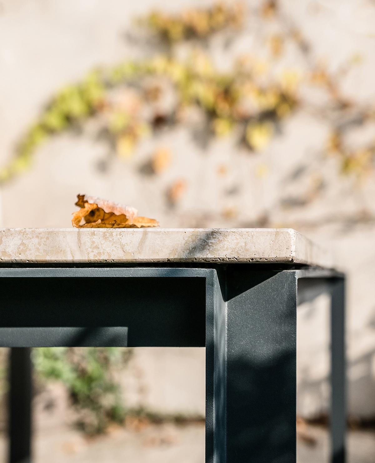 DUCA è un tavolo composto da tre elementi: un piano di marmo, una linea ininterrotta di metallo, e una serie coordinata di dettagli a impreziosirlo. Un piccolo capolavoro disponibile su misura e in diverse varianti, coordinate, per interni e esterni | piano e linea | Bottega di Architettura | (c) Carlo Deregibus
