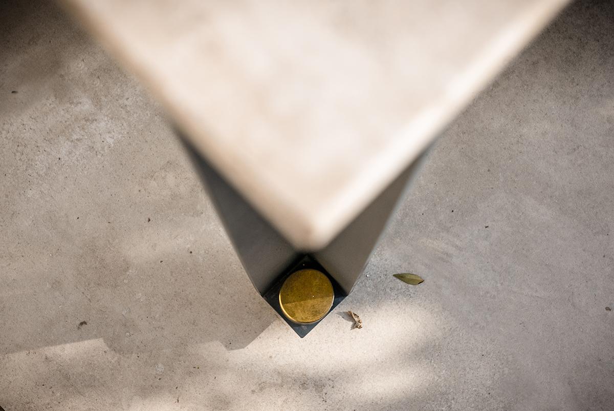 DUCA è un tavolo composto da tre elementi: un piano di marmo, una linea ininterrotta di metallo, e una serie coordinata di dettagli a impreziosirlo. Un piccolo capolavoro disponibile su misura e in diverse varianti, coordinate, per interni e esterni | relazioni spaziali | Bottega di Architettura | (c) Carlo Deregibus