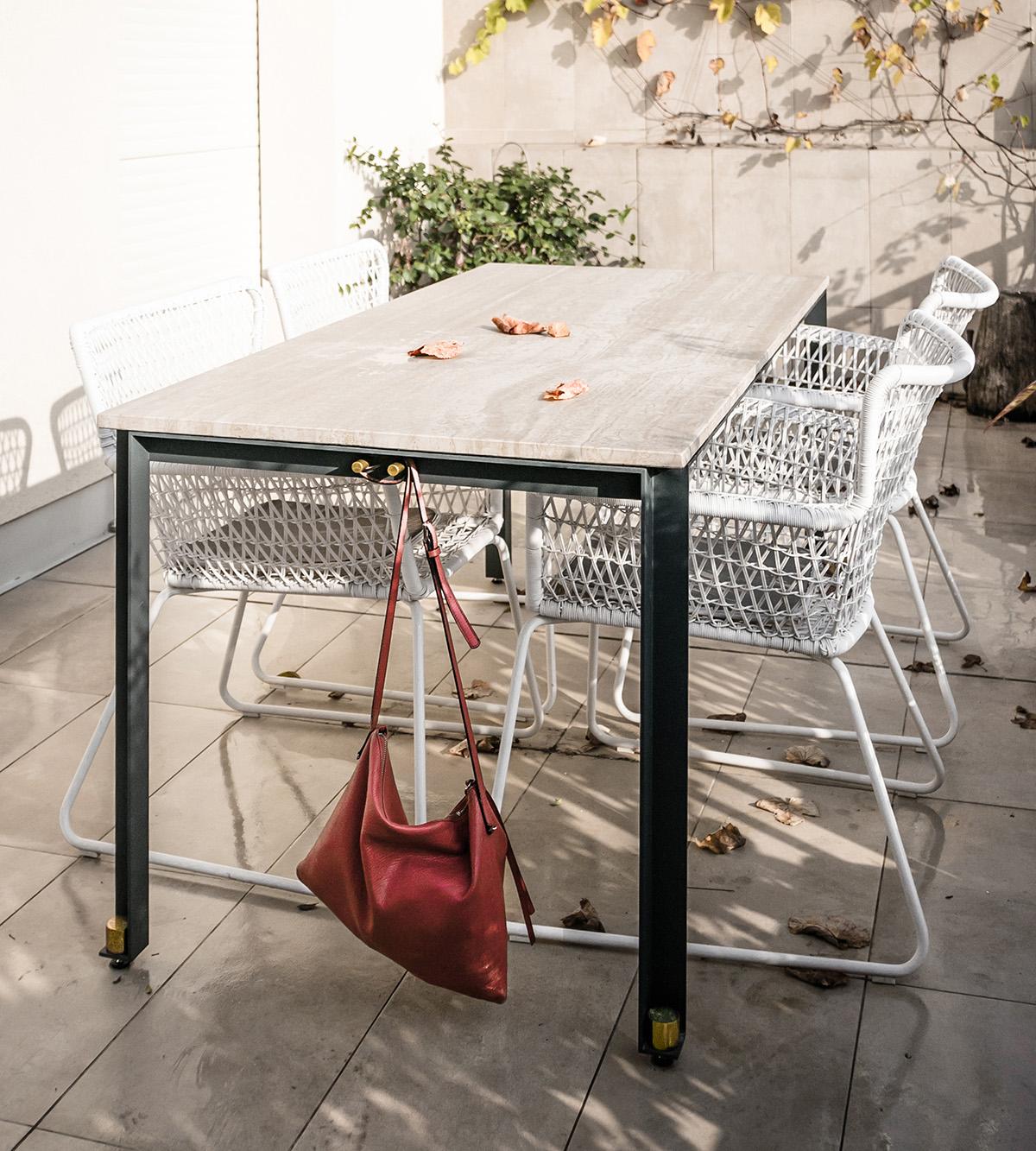 DUCA è un tavolo composto da tre elementi: un piano di marmo, una linea ininterrotta di metallo, e una serie coordinata di dettagli a impreziosirlo. Un piccolo capolavoro disponibile su misura e in diverse varianti, coordinate, per interni e esterni | il tavolo vissuto | Bottega di Architettura | (c) Carlo Deregibus