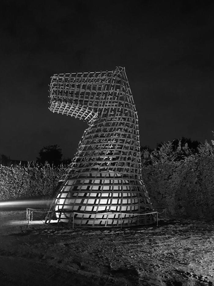 La straordinaria opera visionaria che rinnova il cavallo di Leonardo di Vinci. Un'opera di realismo utopico che conclude un sogno durato 500 anni | la costruzione notturna | Bottega di Architettura