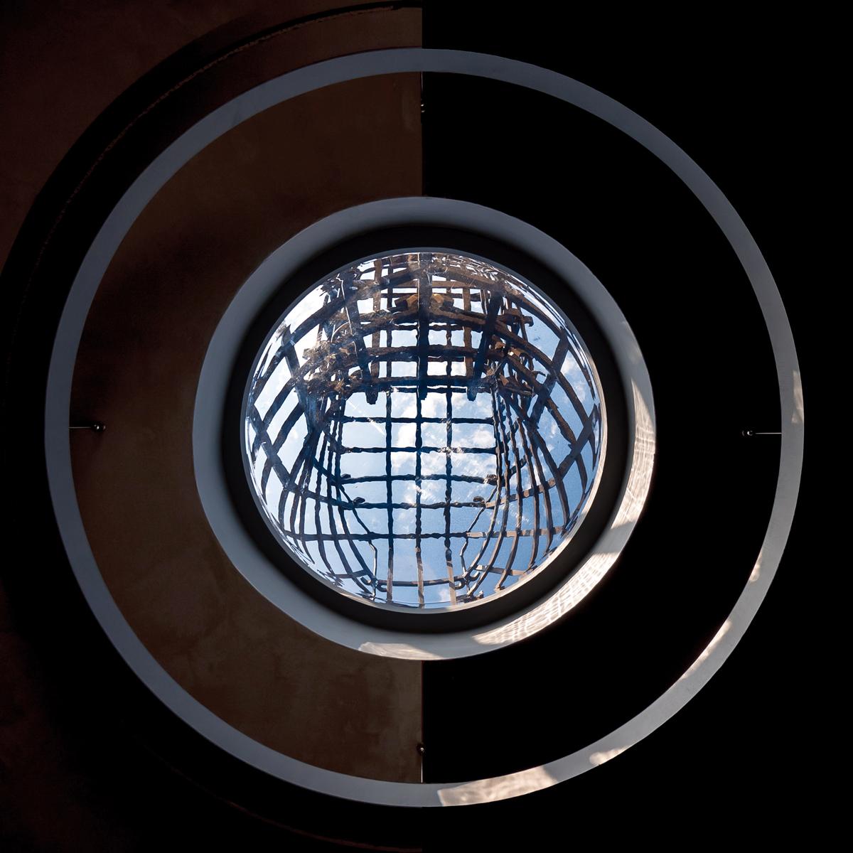 LA LUNA E IL COLOSSO | un'opera visionaria che rinnova il cavallo di Leonardo di Vinci | l'oculo trasparente verso il cielo | Bottega di Architettura